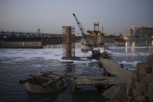 Un cantiere sul fiume Yamuna a Kalindi Kunj, periferia sud-est di Nuova Delhi. Lo Yamuna e' considerato uno dei fiumi piu' inquinati al mondo.