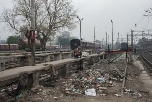 Uno scorcio della stazione di Old Delhi, usata da molti come tornilet a cielo aperto