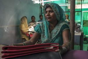 Una donna Dalit, ed ex manual scavenger, impegnata in un'attivita' di riabilitazione creata dall'organizzazione per i diritti umani Safai Karmachari Andolan (SKA) a Ghaziabad, a nord di Delhi. Qui le donne lavorano in una cornoperativa sociale che produce borse per ottenere un reddito.