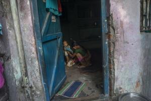 Una mamma pulisce la sua bimba nella sua casa a Durga Kund, un sobborgo di Manual Scavangers di Varanasi.