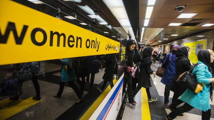 Tehran, Iran, donne che escono dalla metro (AFP/NurPhoto)