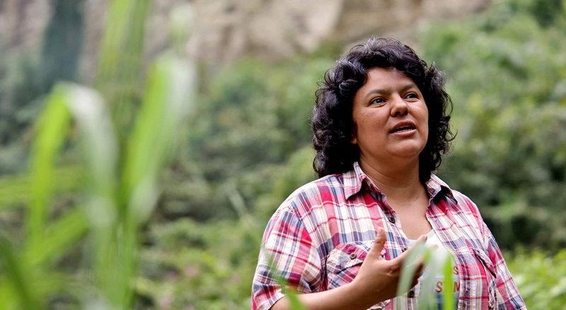 Berta Caceres sulle rive del Gualcarque River nella regione del Rio Blanco, nell'ovest dell'Honduras dove con il COPINH (Council of Popular and Indigenous Organizations of Honduras) e la popolazione del Rio Blanco ha sostenuto due anni di grande impegno per fermare la costruzione del progetto idroelettrico dell'Agua Zarca.