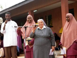 Sr Leonella a Mogadiscio cerimonia diploma infermiere