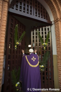 """This handout picture released by the Vatican press office shows Pope Francis making the symbolic gesture by opening a """"Holy Door"""" at Bangui Cathedral on November 29, 2015, in the Central African Republic capital. AFP PHOTO / OSSERVATORE ROMANO/HO RESTRICTED TO EDITORIAL USE - MANDATORY CREDIT """"AFP PHOTO / OSSERVATORE ROMANO"""" - NO MARKETING NO ADVERTISING CAMPAIGNS - DISTRIBUTED AS A SERVICE TO CLIENTS / AFP / OSSERVATORE ROMANO / HO"""