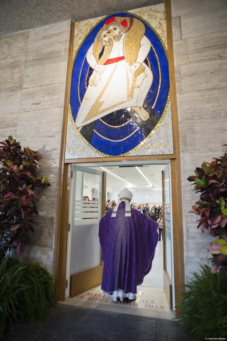 """18/12/2015 Papa Francesco apre la Porta santa presso la sede della Caritas a Roma, vicino a Stazione Termini. AFP PHOTO / OSSERVATORE ROMANO/HO RESTRICTED TO EDITORIAL USE - MANDATORY CREDIT """"AFP PHOTO / OSSERVATORE ROMANO"""" - NO MARKETING NO ADVERTISING CAMPAIGNS - DISTRIBUTED AS A SERVICE TO CLIENTS / AFP / OSSERVATORE ROMANO / HO"""