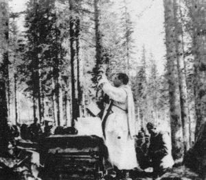Il cappellano militare don Giovanni Minzoni celebra la messa al campo in un bosco sul fronte del Carso